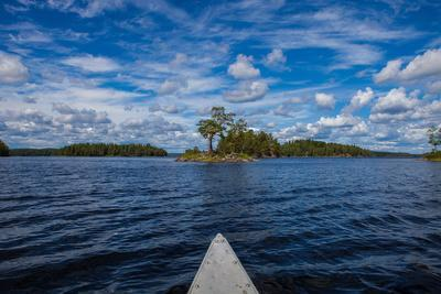 https://imgc.allpostersimages.com/img/posters/canoe-tour-on-stora-le-lake-dalsland-goetaland-sweden_u-L-Q1EXT5Q0.jpg?artPerspective=n