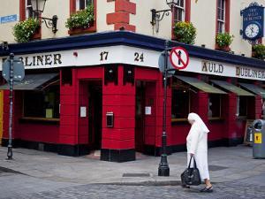 Pub in Temple Bar District in Dublin, Ireland; by Carlos Sanchez Pereyra