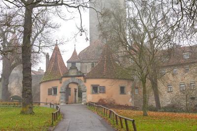 https://imgc.allpostersimages.com/img/posters/castle-gate-rothenburg-ob-der-tauber-bavaria-germany-europe_u-L-PWFH8P0.jpg?artPerspective=n