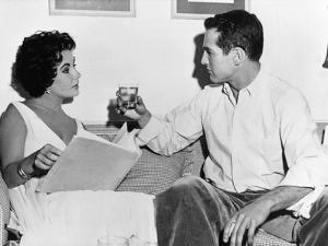 CAT ON A HOT TIN ROOF, 1958 directed by RICHARD BROOKS On the set, Elizabeth Taylor and Paul Newman
