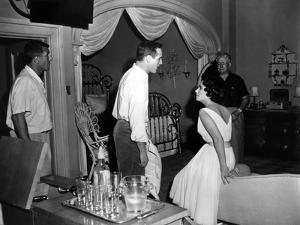 CAT ON A HOT TIN ROOF, 1958 directed by RICHARD BROOKS On the set, Richard Brooks (left) Paul Newma
