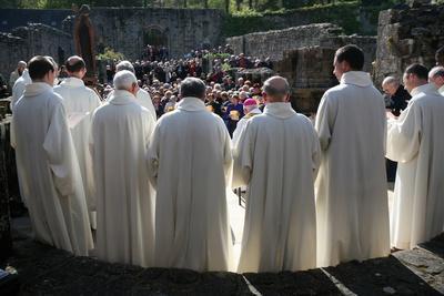 https://imgc.allpostersimages.com/img/posters/celebration-at-landevennec-abbey-finistere-brittany-france_u-L-Q1GYKHQ0.jpg?artPerspective=n