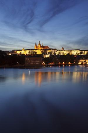 https://imgc.allpostersimages.com/img/posters/charles-bridge-and-the-castle-district-with-st-vitus-cathedral-and-royal-palace_u-L-PQ8OTB0.jpg?p=0