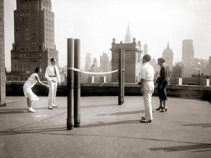 Une Partie de Deck - Tennis Sur la Terrasse Du Toit de L'Hotel Delmonico de New York, 1925 by Charles Delius