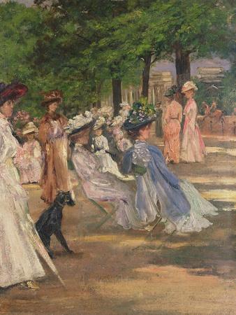 Figures in Hyde Park