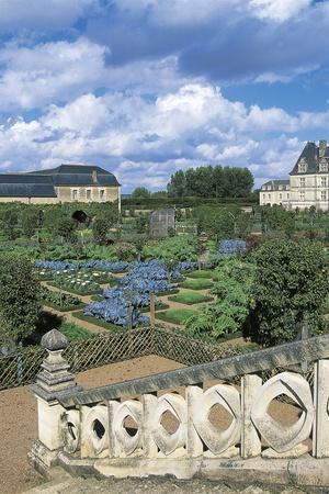 https://imgc.allpostersimages.com/img/posters/chateau-de-villandry-and-gardens-loire-valley_u-L-PP9V9M0.jpg?p=0