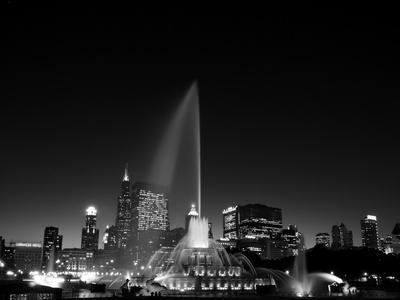 https://imgc.allpostersimages.com/img/posters/chicagos-buckingham-fountain-black-white_u-L-Q1AUZL80.jpg?p=0