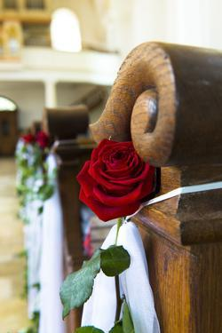 Church, benches, detail, rose decoration for a the wedding by Christine Meder stage-art.de