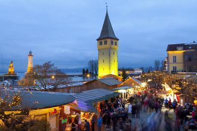 https://imgc.allpostersimages.com/img/posters/christmas-market-along-lindau-s-historic-port-lindau-im-bodensee-germany-europe_u-L-PWFF6J0.jpg?p=0