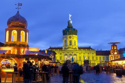 https://imgc.allpostersimages.com/img/posters/christmas-market-in-front-of-charlottenburg-palace-berlin-germany-europe_u-L-PWFEJ70.jpg?p=0