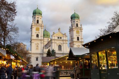 https://imgc.allpostersimages.com/img/posters/christmas-market-in-front-of-the-cathedral-of-saint-stephan-passau-bavaria-germany-europe_u-L-PWFF770.jpg?p=0