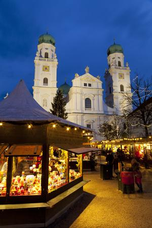 https://imgc.allpostersimages.com/img/posters/christmas-market-in-front-of-the-cathedral-of-saint-stephan-passau-bavaria-germany-europe_u-L-PWFFVJ0.jpg?p=0