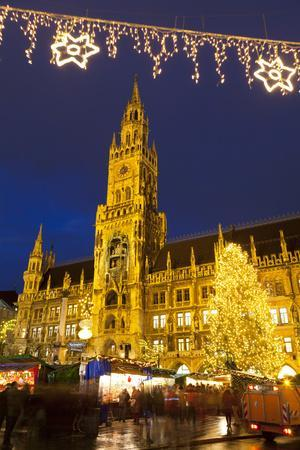 https://imgc.allpostersimages.com/img/posters/christmas-market-in-marienplatz-and-the-new-town-hall-munich-bavaria-germany-europe_u-L-PWFFVV0.jpg?p=0
