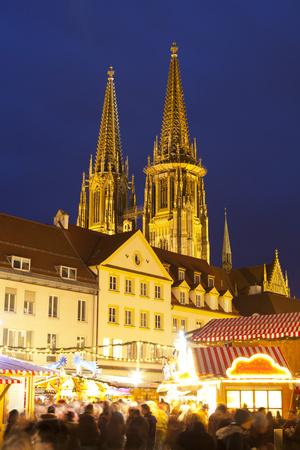 https://imgc.allpostersimages.com/img/posters/christmas-market-in-neupfarrplatz-with-the-cathedral-of-saint-peter-in-the-background_u-L-PWFEIV0.jpg?p=0