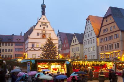 https://imgc.allpostersimages.com/img/posters/christmas-market-rothenburg-ob-der-tauber-bavaria-germany-europe_u-L-PWFF670.jpg?artPerspective=n