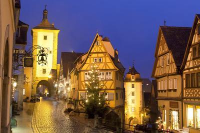https://imgc.allpostersimages.com/img/posters/christmas-tree-at-the-plonlein-rothenburg-ob-der-tauber-bavaria-germany-europe_u-L-PWFFUJ0.jpg?p=0