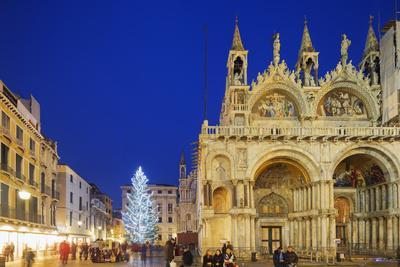 https://imgc.allpostersimages.com/img/posters/christmas-tree-in-st-marks-square-san-marco-venice-unesco-world-heritage-site-veneto-italy_u-L-PWFM0O0.jpg?p=0