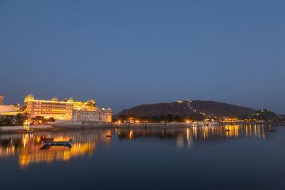 https://imgc.allpostersimages.com/img/posters/city-palace-in-udaipur-at-night-reflected-in-lake-pichola-udaipur-rajasthan-india-asia_u-L-Q12SDA40.jpg?p=0