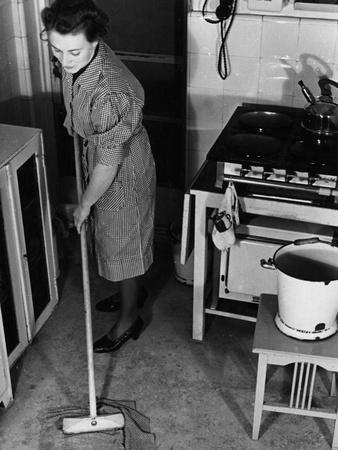 https://imgc.allpostersimages.com/img/posters/cleaning-kitchen-floor_u-L-Q106XCU0.jpg?artPerspective=n
