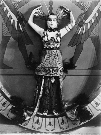 https://imgc.allpostersimages.com/img/posters/cleopatra-1917_u-L-Q10TTVT0.jpg?artPerspective=n