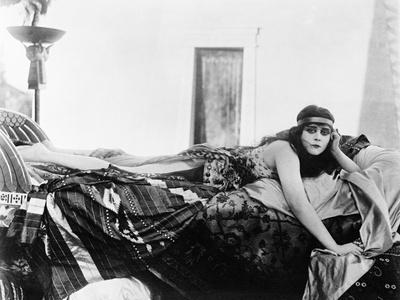 https://imgc.allpostersimages.com/img/posters/cleopatra-1917_u-L-Q10TTWK0.jpg?artPerspective=n