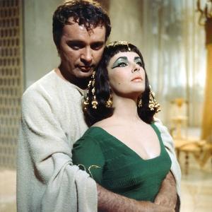 CLEOPATRA, 1963 directed by JOSEPH L. MANKIEWICZ Richard Burton / Elizabeth Taylor (photo)