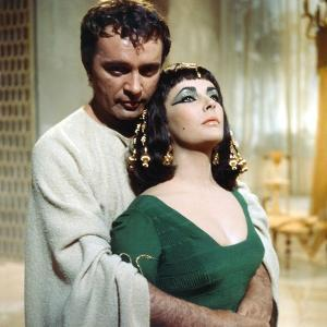 CLEOPATRA, 1963 directed by JOSEPH L. MANKIEWICZ Richard Burton / Elizabeth Taylor (photo)