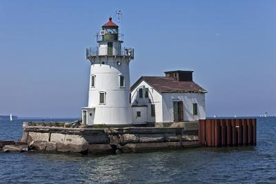 https://imgc.allpostersimages.com/img/posters/cleveland-west-pierhead-lighthouse-ohio-usa_u-L-PXR7GS0.jpg?p=0