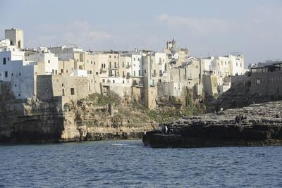 https://imgc.allpostersimages.com/img/posters/clifftop-houses-built-onto-rocks-forming-the-harbour-of-polignano-a-mare_u-L-PWFDVJ0.jpg?artPerspective=n