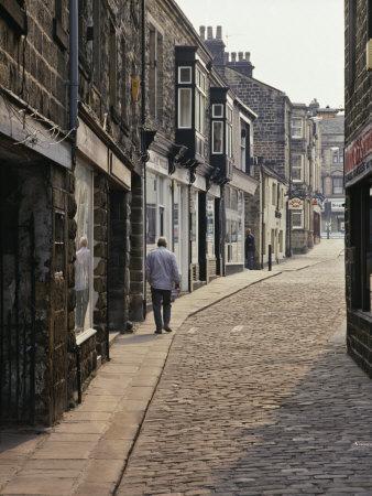 https://imgc.allpostersimages.com/img/posters/cobbled-side-street-in-otley-yorkshire-england-united-kingdom-europe_u-L-P91MVZ0.jpg?p=0