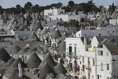 https://imgc.allpostersimages.com/img/posters/cone-roofed-trulli-houses-on-the-rione-monte-district-alberobello-apulia-italy_u-L-PWFEM70.jpg?p=0