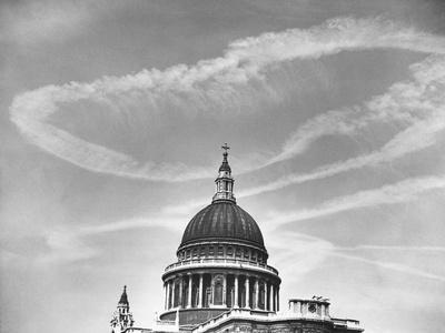 https://imgc.allpostersimages.com/img/posters/contrails-over-st-paul-s-dome_u-L-PZN6FN0.jpg?p=0