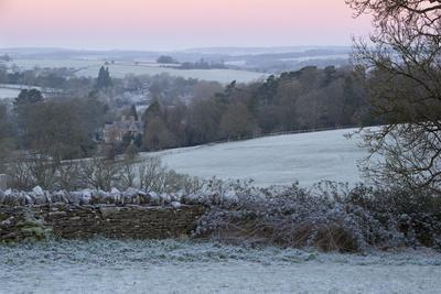 https://imgc.allpostersimages.com/img/posters/cotswold-landscape-on-frosty-morning-stow-on-the-wold-gloucestershire-cotswolds-england-uk_u-L-PWFE770.jpg?p=0