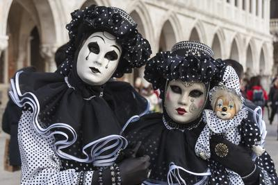 https://imgc.allpostersimages.com/img/posters/couple-in-black-and-white-with-clown-puppet-venice-carnival-venice-veneto-italy-europe_u-L-PWFAVA0.jpg?p=0
