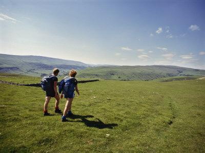 https://imgc.allpostersimages.com/img/posters/couple-walking-on-the-dalesway-long-distance-footpath-near-kettlewell-yorkshire_u-L-P91N270.jpg?p=0