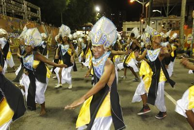 https://imgc.allpostersimages.com/img/posters/dancing-band-at-salvador-carnival-bahia-brazil-south-america_u-L-Q1GYJZ90.jpg?artPerspective=n