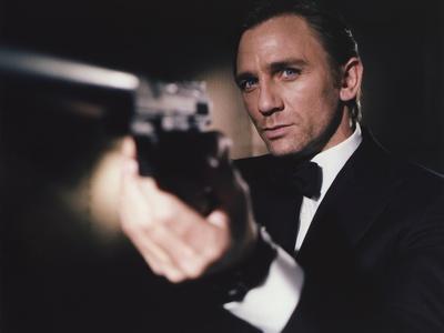 https://imgc.allpostersimages.com/img/posters/daniel-craig-firing-pistol-in-black-tuxedo_u-L-Q1160AQ0.jpg?p=0