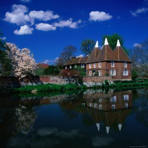 Oast Houses on the River Medway, Yalding Near Maidstone, Kent, England by David Tomlinson