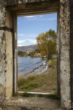 Old Building, Lake Dunstan, Cromwell, Central Otago, South Island, New Zealand by David Wall