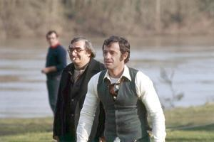 DOCTEUR POPAUL, 1972 directed by CLAUDE CHABROL On the set, Claude Chabrol with Jean-Paul Belmondo