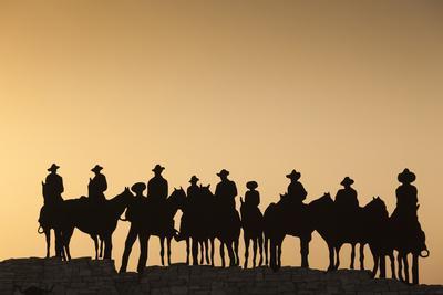 https://imgc.allpostersimages.com/img/posters/dodge-city-sign-with-cowboy-silhouettes-kansas-usa_u-L-PN6M1N0.jpg?p=0