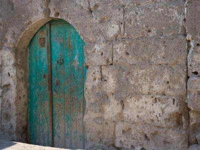 https://imgc.allpostersimages.com/img/posters/doorway-in-small-village-cappadoccia-turkey_u-L-P243F10.jpg?artPerspective=n