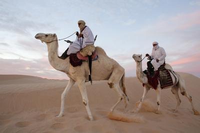 https://imgc.allpostersimages.com/img/posters/dromedary-riders-in-the-sahara-douz-kebili-tunisia_u-L-Q1GYL1Z0.jpg?artPerspective=n
