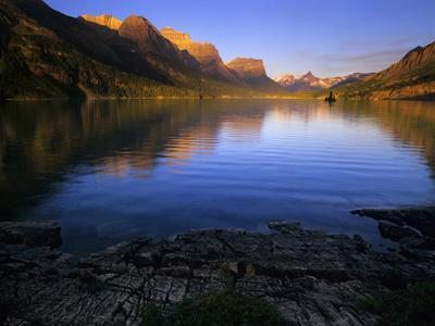 https://imgc.allpostersimages.com/img/posters/early-morning-at-st-mary-lake-in-glacier-national-park-montana-usa_u-L-PN6PTL0.jpg?p=0