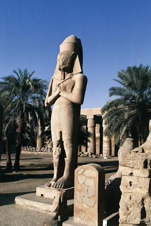 https://imgc.allpostersimages.com/img/posters/egypt-luxor-karnak-great-temple-of-amon-courtyard-and-colossus-of-ramses-ii_u-L-PRBMPX0.jpg?p=0