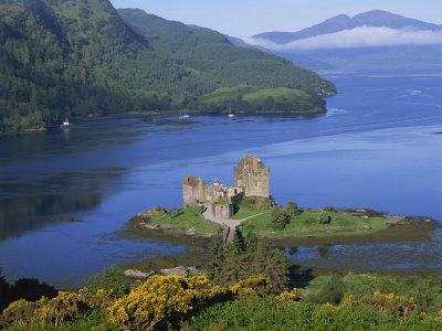 https://imgc.allpostersimages.com/img/posters/eilean-donan-castle-highlands-scotland-united-kingdom-europe_u-L-P7X7BO0.jpg?p=0
