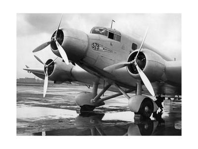 https://imgc.allpostersimages.com/img/posters/ein-maschine-der-belgischen-fluggesellschaft-sabena-auf-dem-beliner-flughafen-um-1935_u-L-Q10ULT20.jpg?p=0