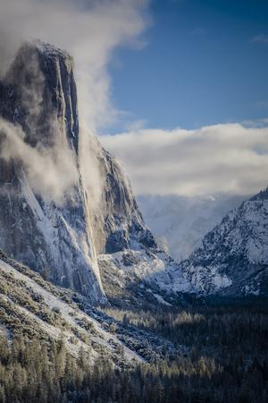 https://imgc.allpostersimages.com/img/posters/el-capitan-with-a-fresh-blanket-of-snow-during-the-morning_u-L-Q1BBRD50.jpg?p=0