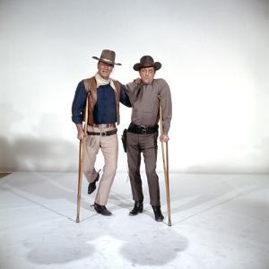 EL DORADO, 1967 directed by HOWARD HAWKS John Wayne and Robert Mitchum (photo)