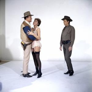 EL DORADO, 1967 directed by HOWARD HAWKS John Wayne, Charlene Holt and Robert Mitchum (photo)